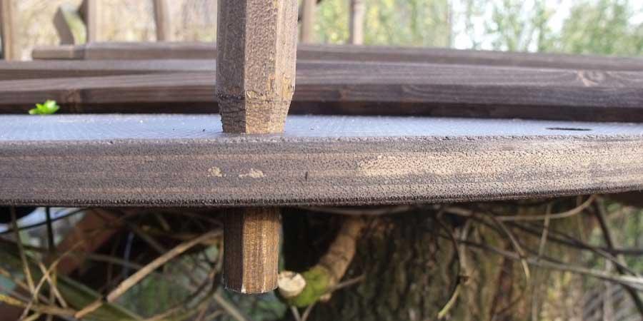 Holzstab in Bodenplatte